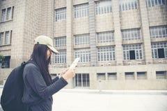 Jeune voyageur féminin avec l'appareil-photo de sac à dos et de photo dans la vieille ville Images stock