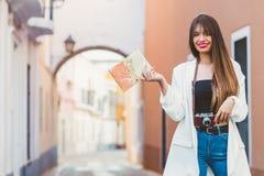 Jeune voyageur féminin avec l'appareil-photo et la carte Photos stock