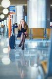 Jeune voyageur féminin dans l'aéroport international Images libres de droits