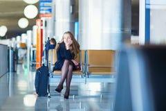Jeune voyageur féminin dans l'aéroport international Photo libre de droits