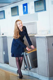 Jeune voyageur féminin dans l'aéroport international image libre de droits