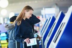Jeune voyageur féminin dans l'aéroport international Photos libres de droits
