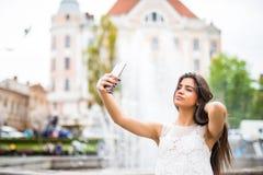 Jeune voyageur féminin heureux prenant le selfie sur la rue Image libre de droits