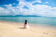 Jeune voyageur f?minin appr?ciant des vacances d'?t? sur la plage photos libres de droits