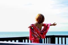 Jeune voyageur f?minin appr?ciant des vacances d'?t? sur la plage image libre de droits