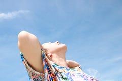 Jeune voyageur f?minin appr?ciant des vacances d'?t? sur la plage photographie stock