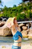 Jeune voyageur f?minin appr?ciant des vacances d'?t? sur la plage images stock