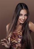 Jeune vraie femme indienne heureuse mignonne dans la fin de studio Image libre de droits