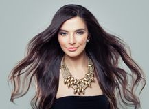 Jeune Woman modèle hispanique parfait avec de longs cheveux de soufflement photos libres de droits