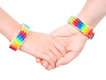 Jeune woman& x27 ; mains de s avec un bracelet modelé comme drapeau d'arc-en-ciel D'isolement sur le blanc Images libres de droits