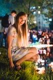 Jeune womant avec les lanternes chinoises flottant dans le lac images stock