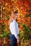 Jeune wooman La jolie fille rêveuse dans l'orange lumineuse d'automne part Image libre de droits