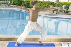 Jeune yoga de pratique mâle photo stock