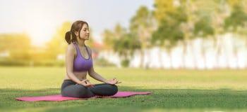 Jeune yoga de pratique de sourire attrayant de femme Photo libre de droits