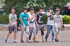 Jeunes à la mode sur une place, Kunming, Chine Images stock