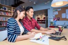 Jeunes échange d'idées et discussion asiatiques d'entrepreneur d'affaires de couples image libre de droits