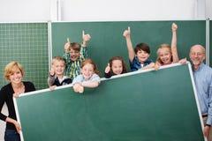 Jeunes écoliers heureux encourageants image libre de droits