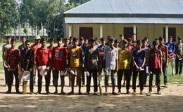 Jeunes écoliers tenant la photo unique ensemble d'isolement photographie stock