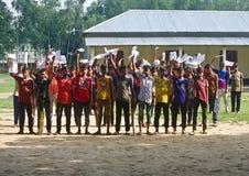 Jeunes écoliers tenant la photo unique ensemble d'isolement photos stock