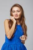 Jeunes élégants amincissent la position femelle bronzée avec la main sur le menton, dessus Photos stock