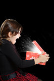 Jeunes étonnés avec le cadeau de Noël Photographie stock libre de droits