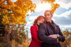 Jeunes étreintes de couples dans la forêt d'automne Photographie stock