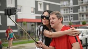 Jeunes étreintes de couples sur la rue Ils ont beaucoup d'amusement ensemble Selfie banque de vidéos