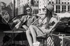 Jeunes étudiantes détendant au soleil Photo libre de droits