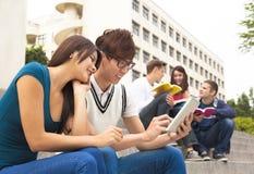 Jeunes étudiants à l'aide du comprimé Photo libre de droits