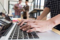 jeunes étudiants étudiant avec l'ordinateur en café groupe Images stock