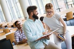 Jeunes étudiants étudiant dans la bibliothèque Photos stock