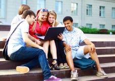 Jeunes étudiants alignés Images libres de droits