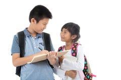 Jeunes étudiants asiatiques heureux au-dessus de blanc Image libre de droits