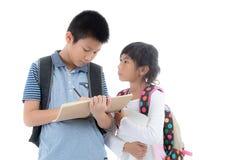 Jeunes étudiants asiatiques heureux au-dessus de blanc Photo libre de droits