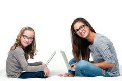 Jeunes étudiants avec des ordinateurs portables Image stock
