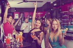 Jeunes étudiants dansant sur la partie avec des cocktails Photo libre de droits