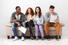 Jeunes étudiants divers se préparant à l'examen à la maison Photographie stock libre de droits