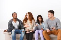 Jeunes étudiants divers se préparant à l'examen à la maison Photos stock