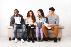 Jeunes étudiants divers se préparant à l'examen à la maison Image stock