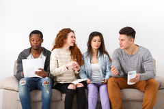 Jeunes étudiants divers se préparant à l'examen à la maison Photos libres de droits
