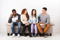Jeunes étudiants divers se préparant à l'examen à la maison Photographie stock