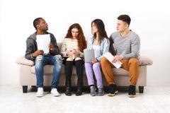 Jeunes étudiants divers se préparant à l'examen à la maison Image libre de droits
