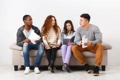 Jeunes étudiants divers se préparant à l'examen à la maison Images libres de droits