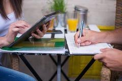 Jeunes étudiants employant Ipad. Image stock