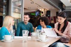 Jeunes étudiants en café images stock
