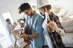 Jeunes étudiants et amis célébrant l'ahd ayant l'amusement tout en buvant Photographie stock libre de droits