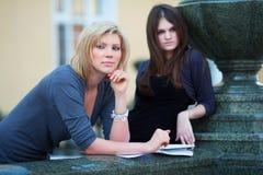 Jeunes étudiants féminins avant examen Photographie stock libre de droits