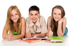 Jeunes étudiants heureux avec des livres Photo stock