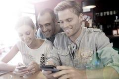 Jeunes étudiants heureux sur une coupure dans un snack-bar Photos libres de droits