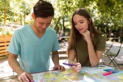 Jeunes étudiants multi-ethniques concentrés d'amis dehors Images stock